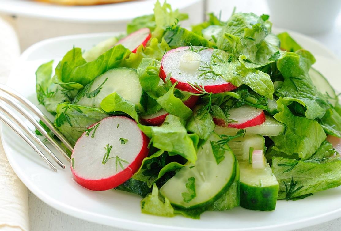 Салат из зеленого салата и редиской